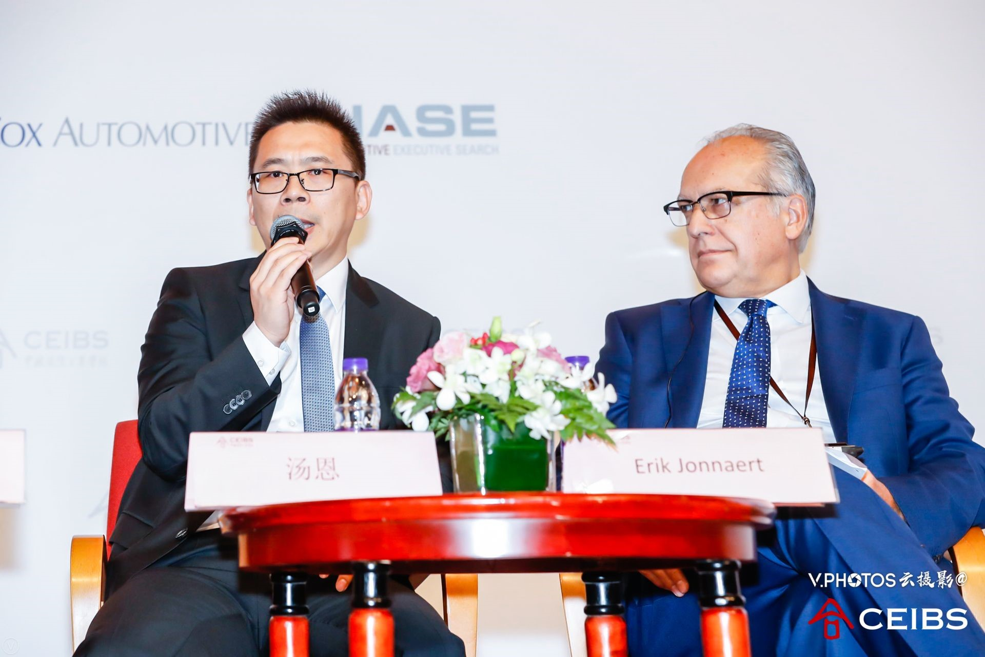 Mr. Enno Tang, President and CEO, Continental China (left) and Mr. Erik Jonnaert, Secretary General, European Automobile Manufacturers Association (right).